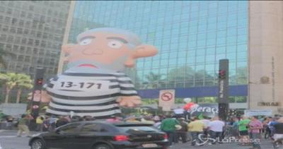 Lula in versione pupazzo-galeotto sovrasta il corteo di ...