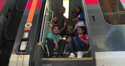 I migranti partono in treno da Budapest, l'Austria li blocca