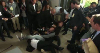 Una manifestante interrompe il premier francese Valls