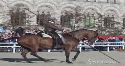Cavalli ballerini danzano nella piazza Rossa a Mosca