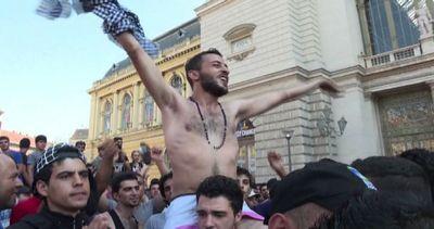 La protesta dei migranti evacuati dalla stazione di Budapest