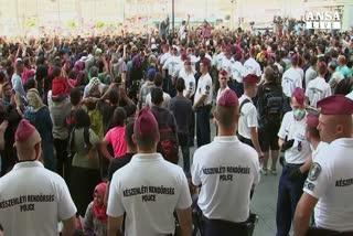 A Budapest stop a treni con migliaia di migranti