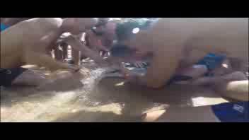Lo squalo 'salvato' dai bagnanti in Sardegna