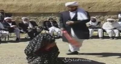 Afghanistan, 100 frustate a uomo e donna accusati di ...