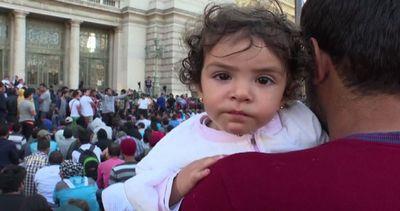 Immigrati, centinaia accampati davanti alla stazione di ...