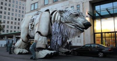Emma Thompson e Greenpeace portano un orso polare alla Shell