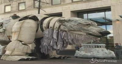 Emma Thompson con Greenpeace: un mega orso per protesta ...
