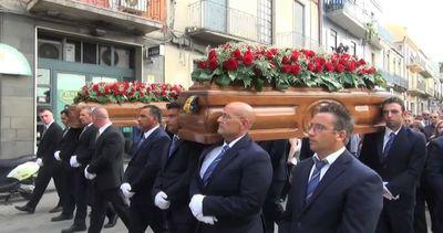 A Palagonia tutto il Paese per i funerali di Vincenzo e ...