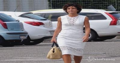 Agnese Landini a scuola per gli scrutini: elegante in bianco
