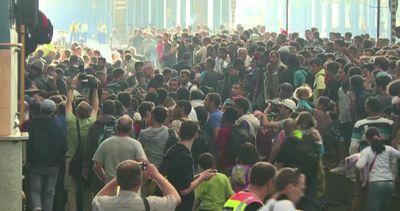 Budapest, migranti assaltano i treni. Polemica sulla ...