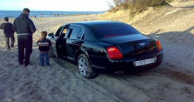 Si arena in spiaggia con la Bentley da 200 mila euro