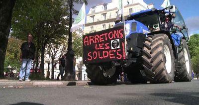 Duemila trattori assediano Parigi: abbiamo la corda al collo