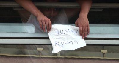 Treno bloccato in Ungheria, i migranti si rifiutano di ...