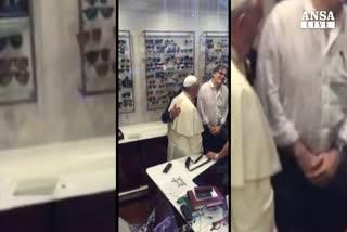 Papa in negozio ottica a Roma, un video lo ritrae