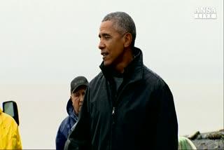 Obama in Alaska, salmone depone uova sulle sue scarpe