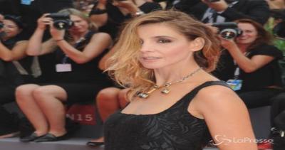 Clotilde Courau gioca a fare la diva al festival di Venezia