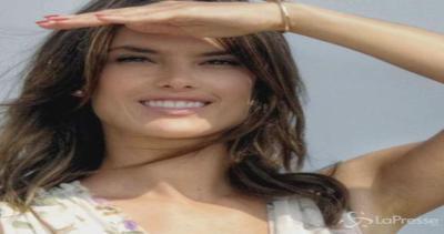 Alessandra Ambrosio: angelo floreale in riva al mare a ...