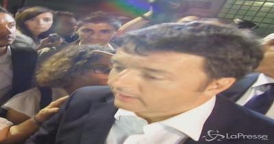 Bagno di folla per Renzi a Modena: lui parla di cibo e calcio