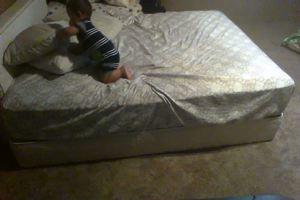 Bimbo fenomeno: ecco cosa escogita per scendere dal letto ...