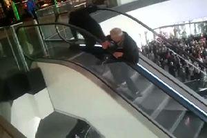 Due uomini contromano su una scala mobile: l'impresa ...