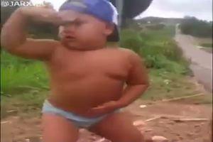 Questo bambino sta conquistando il web con la sua ...