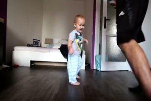 Bimbo dolcissimo balla con il suo papà