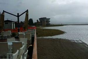 Mareggiata e pioggia, la spiaggia del Poetto trasformata in una laguna