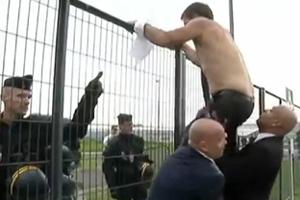 Air France: manager scappa dai dipendenti a torso nudo