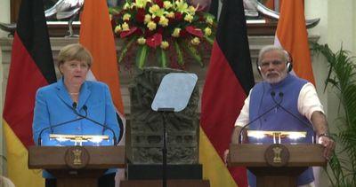 "Merkel in India per affari, Modi: ""Vi ammiro per energia verde"""