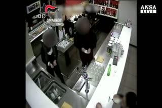 Rapina in un bar del Napoletano, due arresti