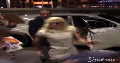 Lady Gaga si inciampa: lo sguardo al fotografo colpevole è ...