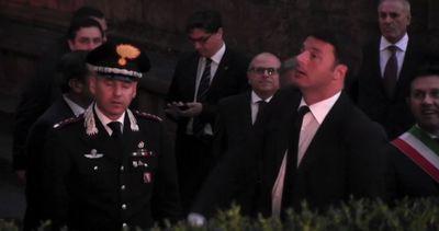"Renzi scherza con i fotografi: ""Salutate la capolista"""