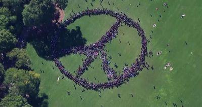 Buon compleanno John Lennon: simbolo della pace da record