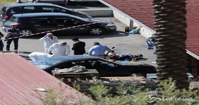 Napoli, gioielliere reagisce a tentata rapina: uccisi i due ...