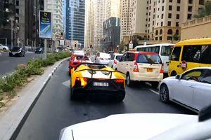 Sfida tra bolidi, la Lamborghini non regge e va in fiamme