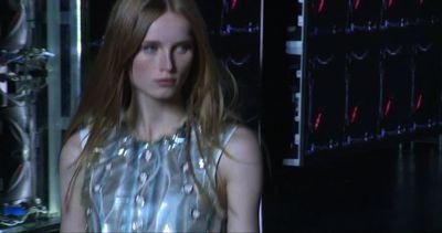 """Louis Vuitton fa sfilare le eroine del futuro alla """"Mad Max"""""""