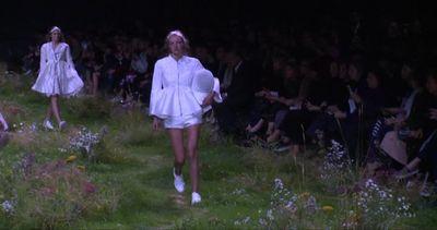 A Parigi le modelle di Moncler sfilano su un prato fiorito