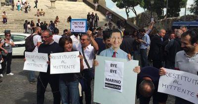 """Cori dell'Ncd a Piazza del Campidoglio: """"Marino pàgate er ..."""