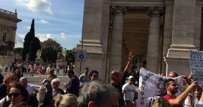 Fuori dal Campidoglio fra sostenitori e proteste