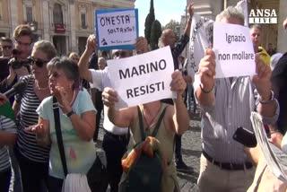 Roma, cori e proteste sotto Campidoglio