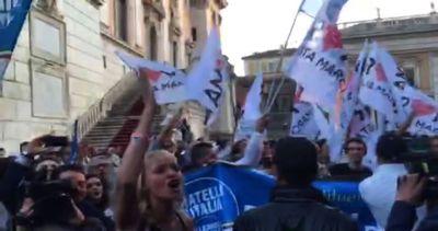 Il Campidoglio si affolla fra favorevoli e contrari a Marino