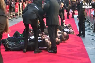 Femministe assaltano red carpet a Londra