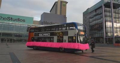 Quel tutù rosa sull'autobus vale più di mille parole