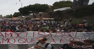 Roma, studenti sfilano al Colosseo contro la riforma della ...