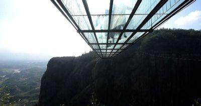 Cina, passeggiata da brividi sul ponte di vetro sospeso nel ...
