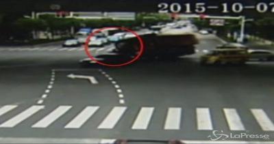 Spettacolare incidente in Cina: camion si ribalta ma la ...