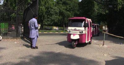 Pakistan, il risciò 'rosa' per sole le donne