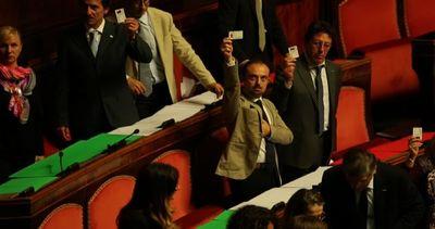 Riforme, opposizioni abbandonano il Senato. Cartelli di ...