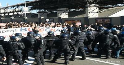 Bologna, scontri tra antagonisti e forze dell'ordine: 5 poliziotti feriti