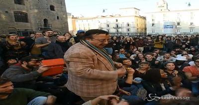 Bologna, la piazza canta Bella Ciao in arabo
